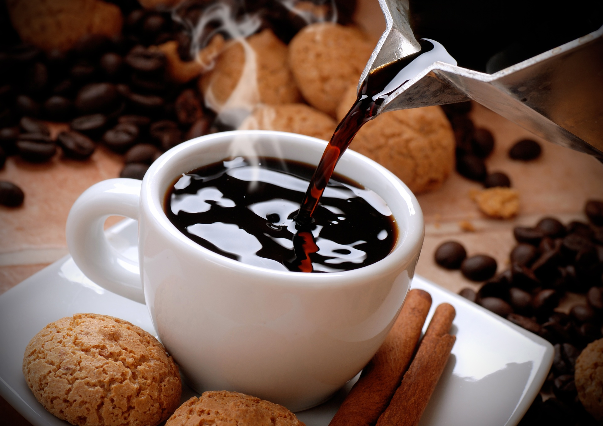versare il caff caldo nella tazzina bianca
